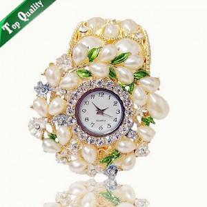 Luxusní dámské hodinky jako šperk zdobené krystaly a perlami